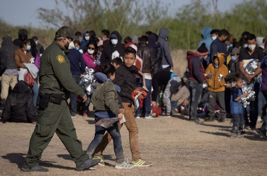 Two+unaccompanied+minors+cross+the+US-Mexico+border.