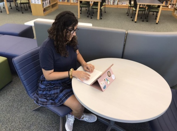 Senior Kalea Reeves studying in the learning commons during Empower Hour